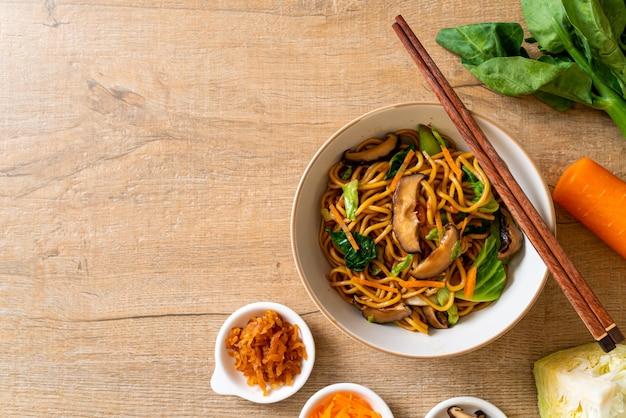 Tagliatelle di yakisoba in padella con verdure in stile asiatico