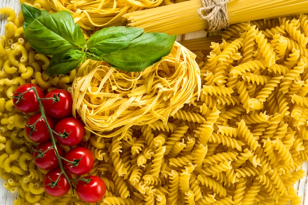 Tagliatelle e fettuccine di spaghetti bukatini