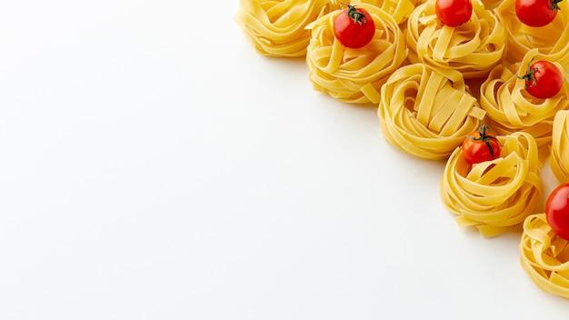 Tagliatelle e pomodorini con spazio di copia