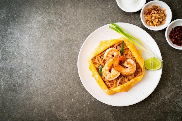 Tagliatelle fritte scalpore tailandesi con i gamberi e l'involucro dell'uovo (cuscinetto tailandese), stile tailandese dell'alimento
