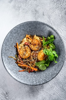 Tagliatelle fritte tailandesi con gamberetti, gamberi. pad thai