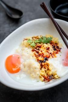 Tagliatelle istantanee ramen al sapore piccante e piccante del formaggio coreano, mescolate tagliatella fritta.