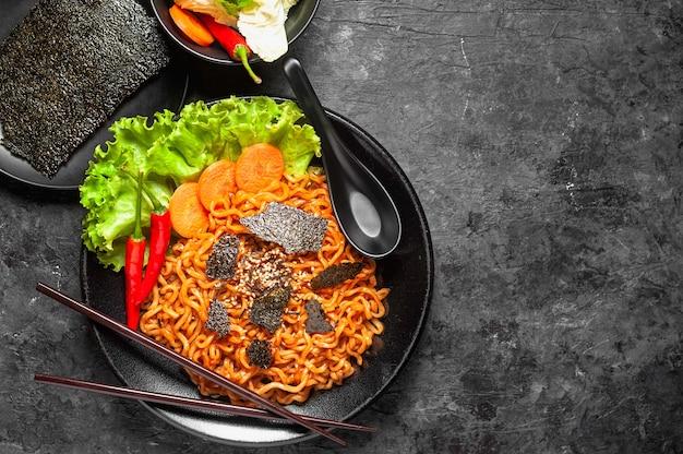 Tagliatelle istantanee ramen piccante al gusto di pollo piccante coreano, mescolare noodle fritti.