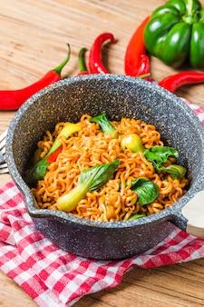 Tagliatelle istanti coreane spaghetti istantanei piccanti