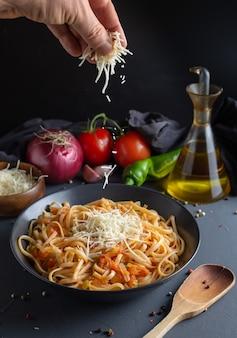 Tagliatelle, pasta con salsa di pomodoro fatta in casa