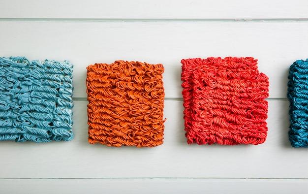 Tagliatelle ramen colorate distese piatte