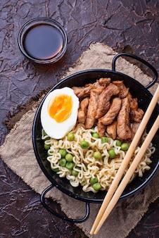 Tagliatelle ramen con carne, verdure e uova
