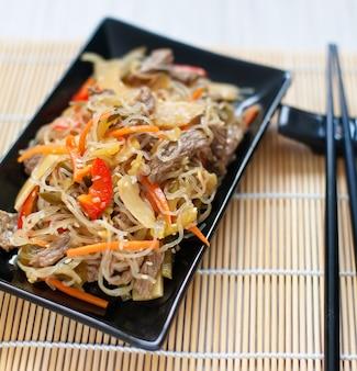Tagliatelle rce cinesi con carne e verdure