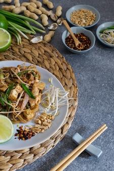 Tagliatelle tailandesi del cuscinetto fritte scalpore, vista superiore