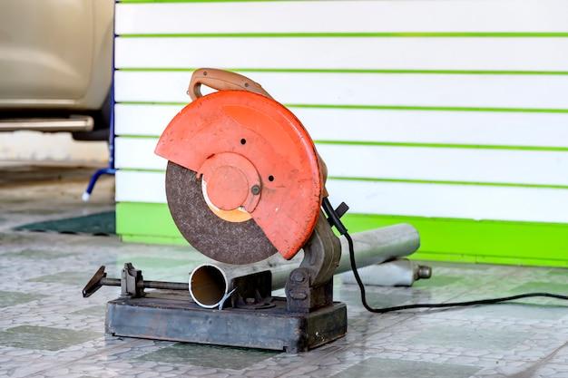 Tagliatrice di acciaio di medie dimensioni che viene utilizzata per tagliare l'acciaio in varie costruzioni