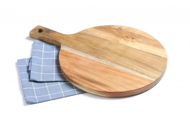 Tagliere con l'asciugamano di cucina isolato su fondo bianco