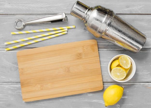 Tagliere con limoni e shaker