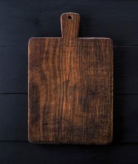 Tagliere da cucina marrone molto vecchio con manico
