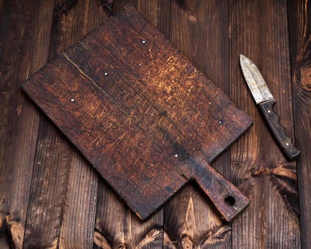 Tagliere della cucina molto vecchio vuoto