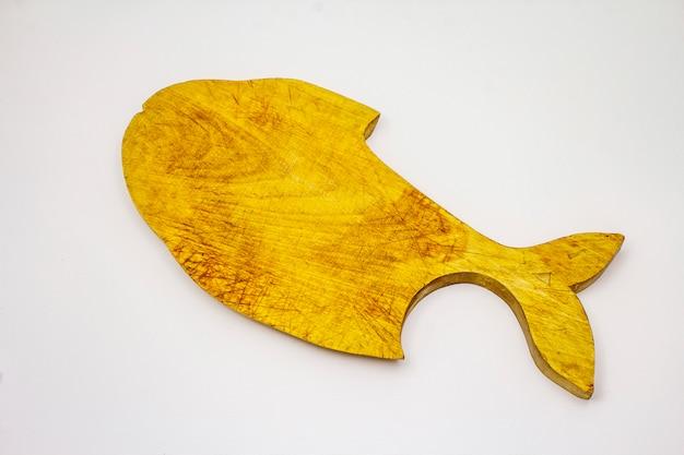 Tagliere di legno a forma di pesce isolato su fondo bianco