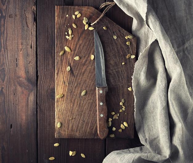 Tagliere di legno marrone vuoto molto vecchio