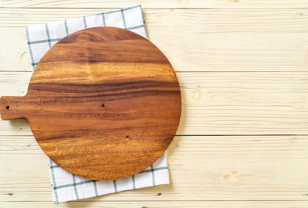 Tagliere di legno vuoto con panno da cucina