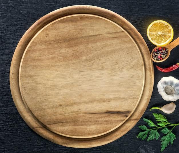 Tagliere e spezie in legno