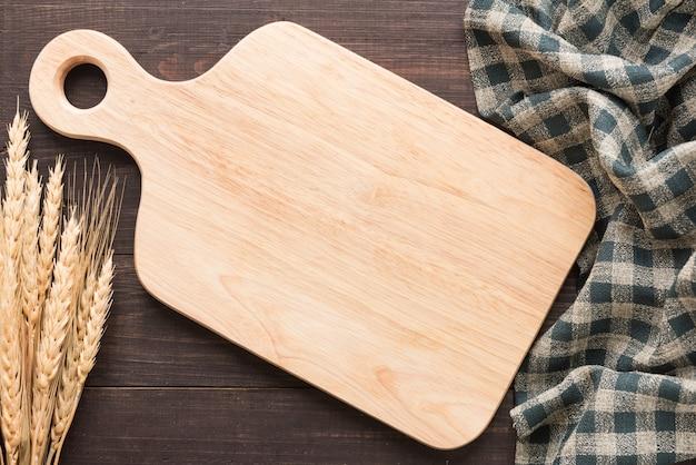 Tagliere e tovagliolo sul tavolo di legno. vista dall'alto