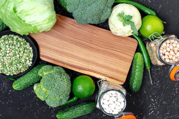 Tagliere in legno con ingredienti per cucinare