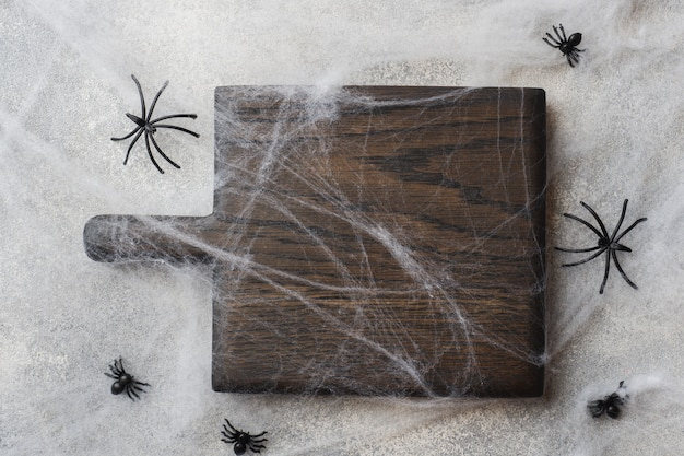 Tagliere in legno con ragni web