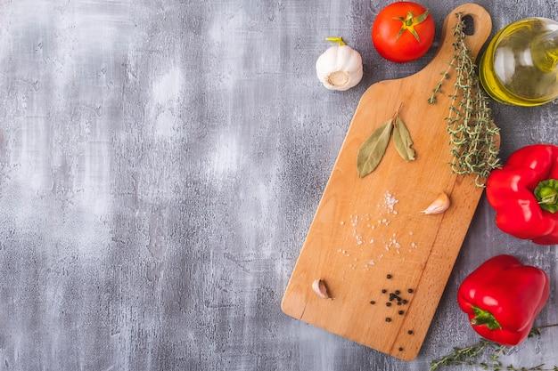 Tagliere in legno ingredienti per cucinare e spezie. . vista dall'alto