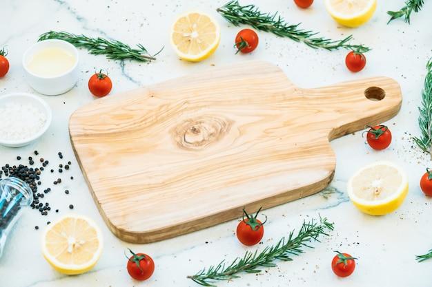 Tagliere in legno vuoto