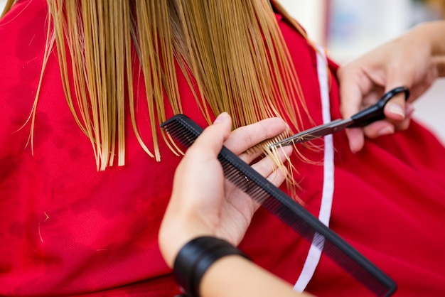 Taglio dei capelli nel salone di bellezza del bambino.