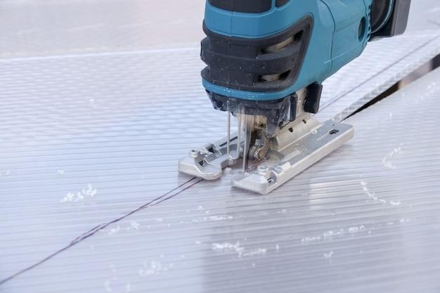 Taglio del foglio di policarbonato con un seghetto alternativo