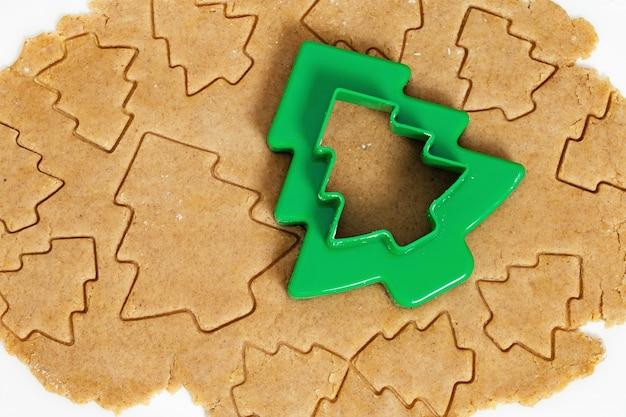 Taglio di biscotti figurati in forma di albero di natale.