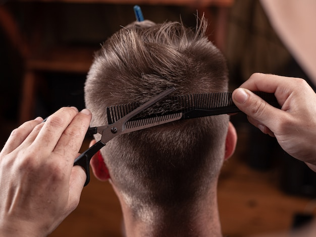 Taglio di capelli con le forbici dal parrucchiere, bel taglio di capelli.