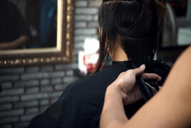 Taglio di capelli da donna bella