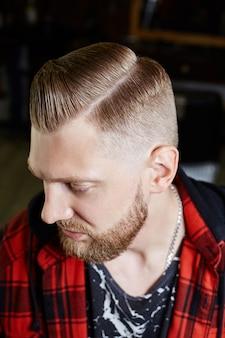 Taglio di capelli da uomo moderno hipster, acconciatura perfetta per uomini con capelli lunghi