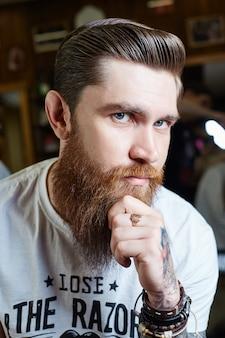 Taglio di capelli da uomo moderno hipster, acconciatura perfetta per uomini con capelli lunghi.