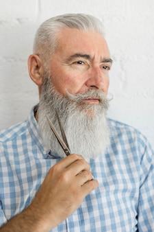 Taglio di capelli dell'uomo barbuto in studio