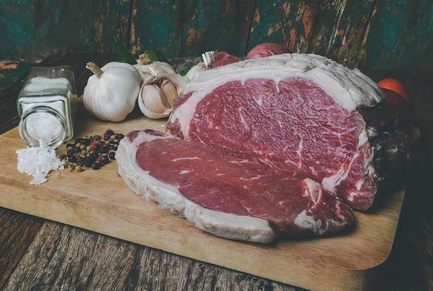 Taglio di manzo crudo per bistecca con condimento.