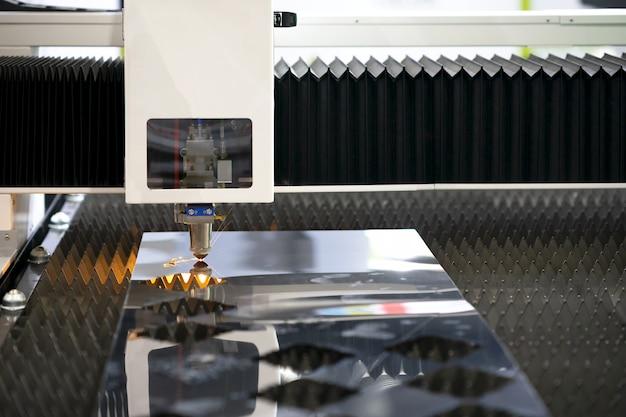 Taglio di metallo con laser