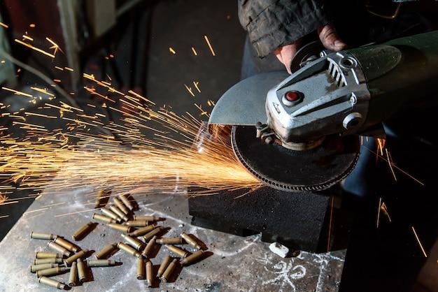 Taglio di una rettificatrice per metalli, scintilla.