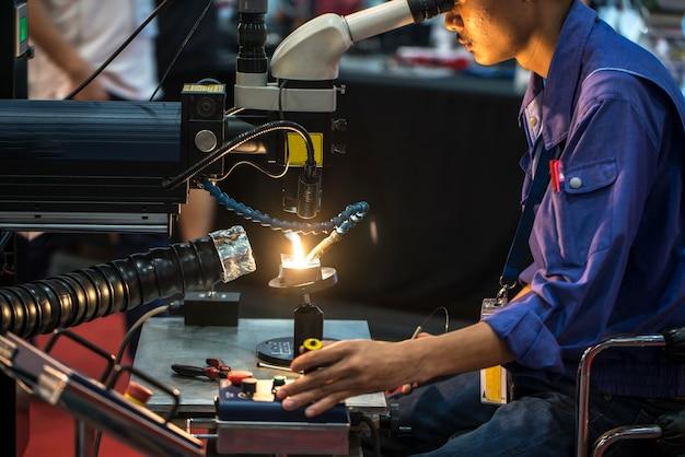 Taglio laser cnc di metallo, tecnologia industriale moderna.