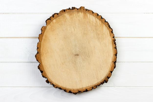Taglio rotondo del ceppo di albero con gli anelli annuali su fondo di legno. vista dall'alto con spazio di copia