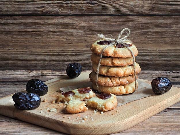 Tahini e semi di sesamo appena sfornati fatti in casa con i biscotti delle date
