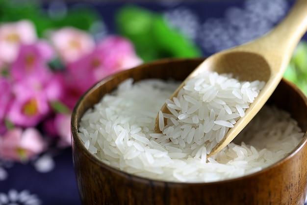 Tai riso in una ciotola di legno