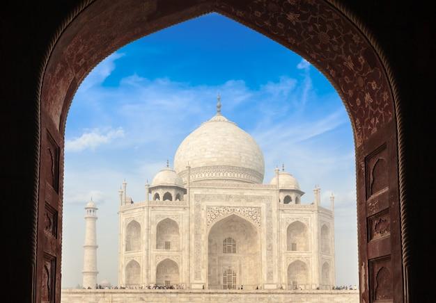 Taj mahal attraverso l'arco, agra, india