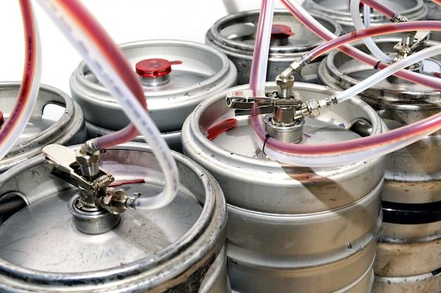 Tamburi di metallo pieni di birra alla spina in una cantina