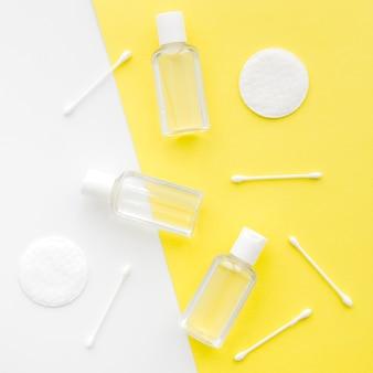 Tamponi in cotone con vista dall'alto e bottiglia