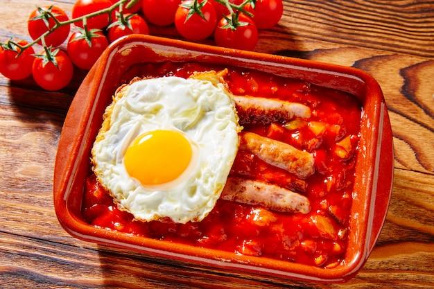 Tapas pisto con tomate ratatouille uovo di salsiccia