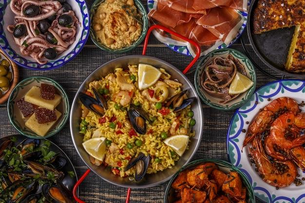 Tapas spagnole tipiche sulla tavola di legno