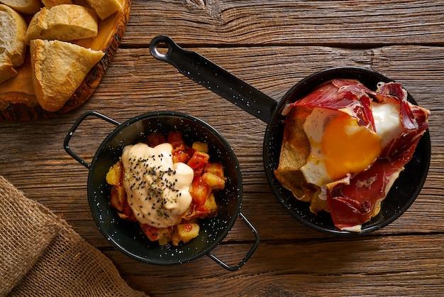Tapas spagnole uova spezzate e bravas