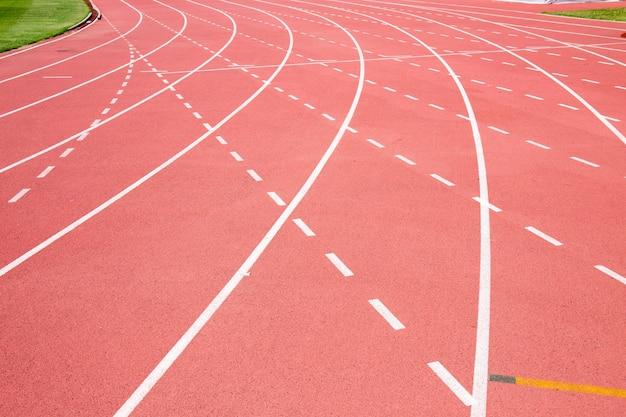 Tapis roulant rosso allo stadio con la linea tratteggiata e la linea curva