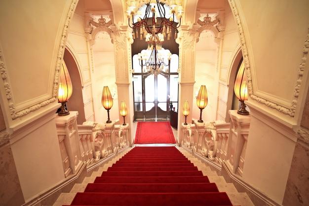 Tappeto rosso in un elegante edificio